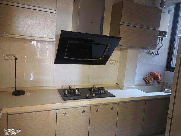 海怡天星海湖,精装修二室可改三室。总价低,业主都是定制全屋家具。